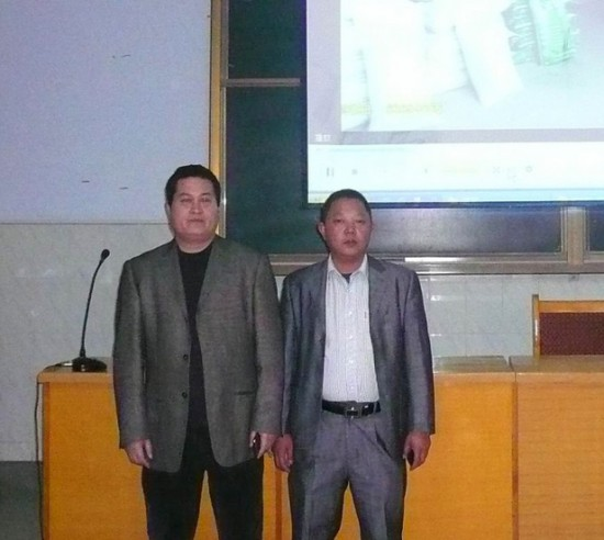 动物营养学专家牧黄金技术营养师刘俊奇博士(左一)