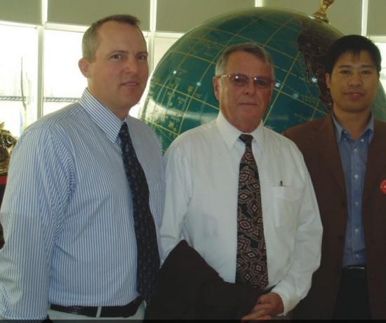 郑州牧专在职教授、留美博士牧黄金总技术营养师李祥教授(右一)与国外专家在一起